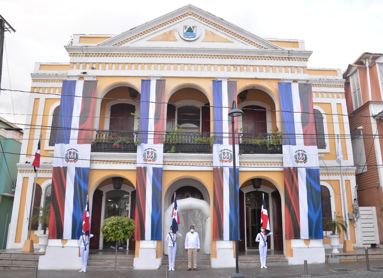 ALCALDIA DEL MUNICIPIO DE PUERTO PLATA DECORA PALACIO MUNICIPAL CON GRANDES BANDERAS DURANTE TODO EL MES DE LA PATRIA